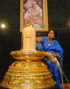 gold linga abhishekam with milk